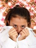 Hübsches Mädchen mit funkelndem Blumen-Hintergrund Stockfoto