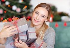 Hübsches Mädchen mit Geschenkboxen lizenzfreies stockbild