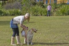 Hübsches Mädchen mit Labrador 6 Lizenzfreie Stockbilder