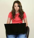 Hübsches Mädchen mit Laptop stockfoto