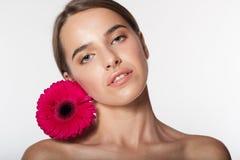 Hübsches Mädchen mit perfekter Haut und Rot blühen Lizenzfreies Stockfoto