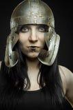 Hübsches Mädchen mit römischem Sturzhelm Lizenzfreie Stockfotos