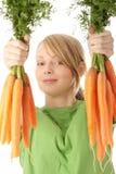 Hübsches Mädchen mit reifen Karotten Stockfoto