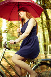 Hübsches Mädchen mit rotem Regenschirm Stockfotos