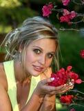 Hübsches Mädchen mit roten Blumen Lizenzfreies Stockbild