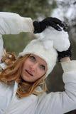 Hübsches Mädchen mit Schneeball Lizenzfreie Stockfotos