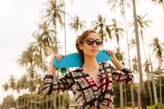 Hübsches Mädchen mit Skateboard auf der Straße Lizenzfreie Stockfotografie