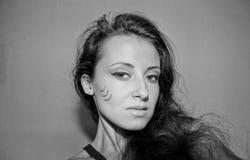 Hübsches Mädchen mit Stammes- Make-up Stockfoto