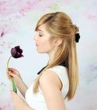 Hübsches Mädchen mit Tulpe Stockfoto