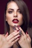 Hübsches Mädchen mit ungewöhnlicher Frisur, helles Make-up, rote Lippen und Maniküre entwerfen Schönes lächelndes Mädchen Kunstnä Lizenzfreie Stockbilder