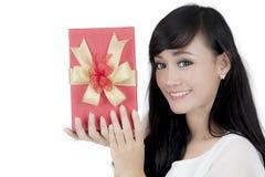 Hübsches Mädchen mit Weihnachtsgeschenk auf Studio Lizenzfreie Stockfotografie