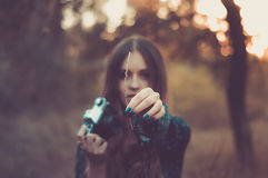 Hübsches Mädchen mit Weinlesekamera im Wald Stockfotos