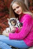 Hübsches Mädchen mit zwei Chihuahuahunden auf der Natur Stockfotografie