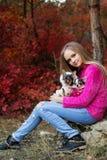 Hübsches Mädchen mit zwei Chihuahuahunden auf der Natur Lizenzfreie Stockfotografie