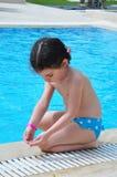 Hübsches Mädchen nahe Pool Lizenzfreies Stockbild