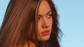 Hübsches Mädchen-Reflektieren stock video footage