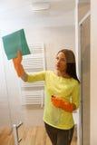 Hübsches Mädchen säubert Badezimmer Lizenzfreie Stockfotografie