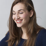 Hübsches Mädchen 20s, das in den schließend Augen sich amüsiert Lizenzfreies Stockbild