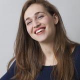Hübsches Mädchen 20s, das Erfolg mit Glück genießt Lizenzfreies Stockfoto