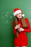 Hübsches Mädchen Sankt mit Glas Champagner stockbilder