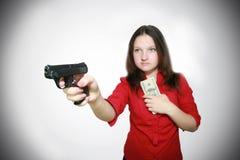 Hübsches Mädchen schützt Geld lizenzfreie stockbilder
