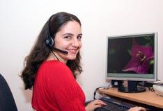 Hübsches Mädchen sehr glücklich auf Computer stockfotografie