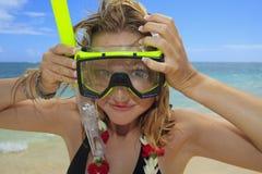 Hübsches Mädchen setzt ein snorkle und Schablone Lizenzfreie Stockbilder