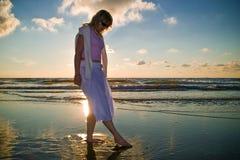 Hübsches Mädchen und das Meer Lizenzfreie Stockfotografie