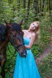 Hübsches Mädchen und ein Pferd Stockbild