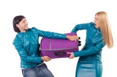 Hübsches Mädchen und Mann, die Koffer hält Lizenzfreies Stockfoto