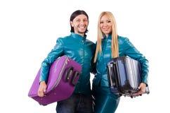 Hübsches Mädchen und Mann, die Koffer an lokalisiert hält Lizenzfreies Stockbild
