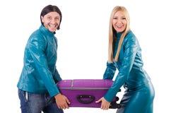 Hübsches Mädchen und Mann, die Koffer an lokalisiert hält Stockbild