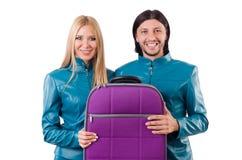 Hübsches Mädchen und Mann, die Koffer an lokalisiert hält Lizenzfreie Stockfotos