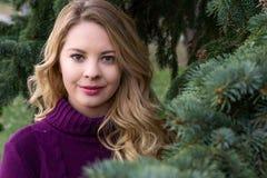 Hübsches Mädchen weißer Latino mit dem langen blonden Haar lizenzfreies stockfoto