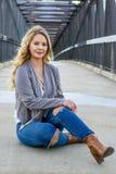 Hübsches Mädchen weißer Latino mit dem langen blonden Haar lizenzfreies stockbild