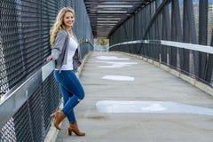 Hübsches Mädchen weißer Latino mit dem langen blonden Haar lizenzfreie stockbilder