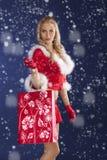 Hübsches Mädchen Weihnachtsmann, der mit Einkaufstasche steht Lizenzfreies Stockfoto
