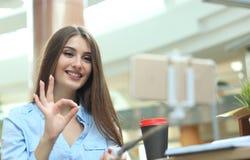 Hübsches Mädchen, welches die Kamera notiert neues Video nach vlog auf Mobiltelefon betrachtet lizenzfreie stockbilder