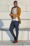 Hübsches männliches Mode-Modell, das draußen steht Lizenzfreie Stockfotos