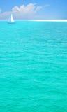 Hübsches Meer und Segelboot Lizenzfreie Stockfotos