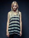 Hübsches Mode-Modell auf grauem Hintergrund Lizenzfreie Stockfotografie