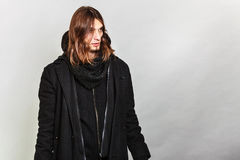Hübsches Modemannporträt, das schwarzen Mantel trägt lizenzfreies stockfoto