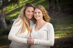 Hübsches Mutter-und Tochter-Portrait im Park Lizenzfreies Stockfoto