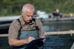 Hübsches Nest des älteren Mannes des Porträts zum Fluss Lizenzfreie Stockbilder