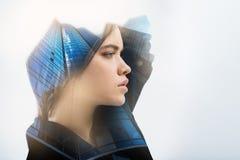 Hübsches Porträt einer Stellung und des Die Stirn runzelns der jungen Frau Stockbilder