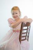 Hübsches Portrait des Kleinkindmädchens im rosafarbenen Kleid. Lizenzfreie Stockfotos