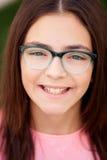 Hübsches preteenager Mädchen mit Gläsern draußen Stockbild