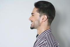 Hübsches Profilporträt des jungen Mannes Stockfotos