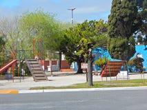 Hübsches Quadrat mit Spielplatz Lizenzfreie Stockfotografie