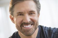 Hübsches reifes Mann-Lächeln Lizenzfreie Stockfotos